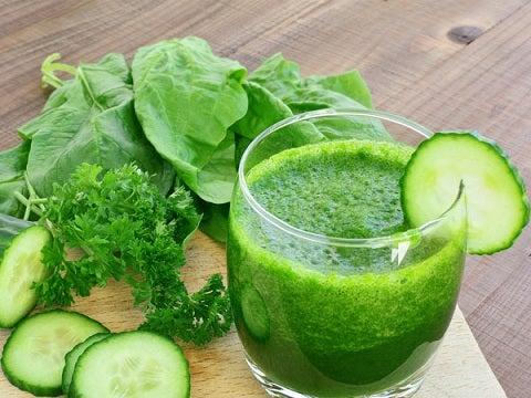 Batido verde y verduras: pepino, espinaca y perejil.