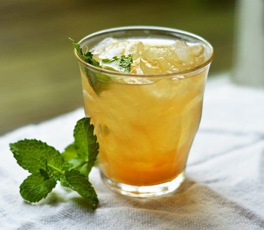 bebida de té verde, piña y canela