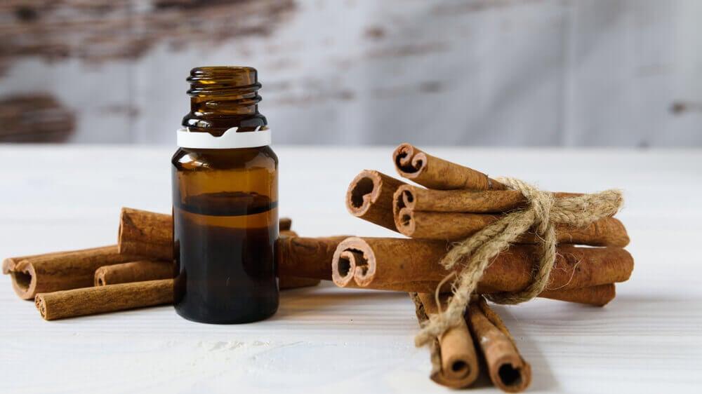 Botella con aceite de canela.