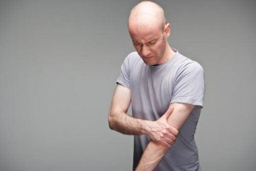 Hombre con dolor en el brazo