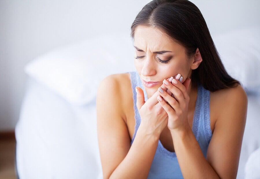 Chica con dolor de mandíbula.