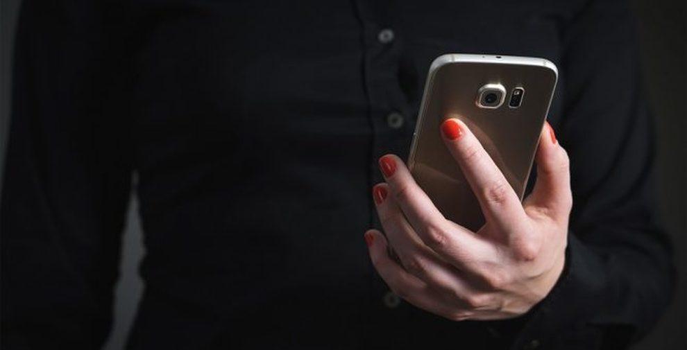 Trucos para aquellos que no pueden quedarse dormidos en un avión: apaga los dispositivos electrónicos