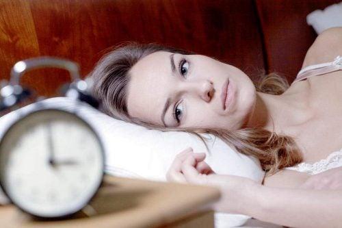 Mujer con los ojos abiertos en la cama