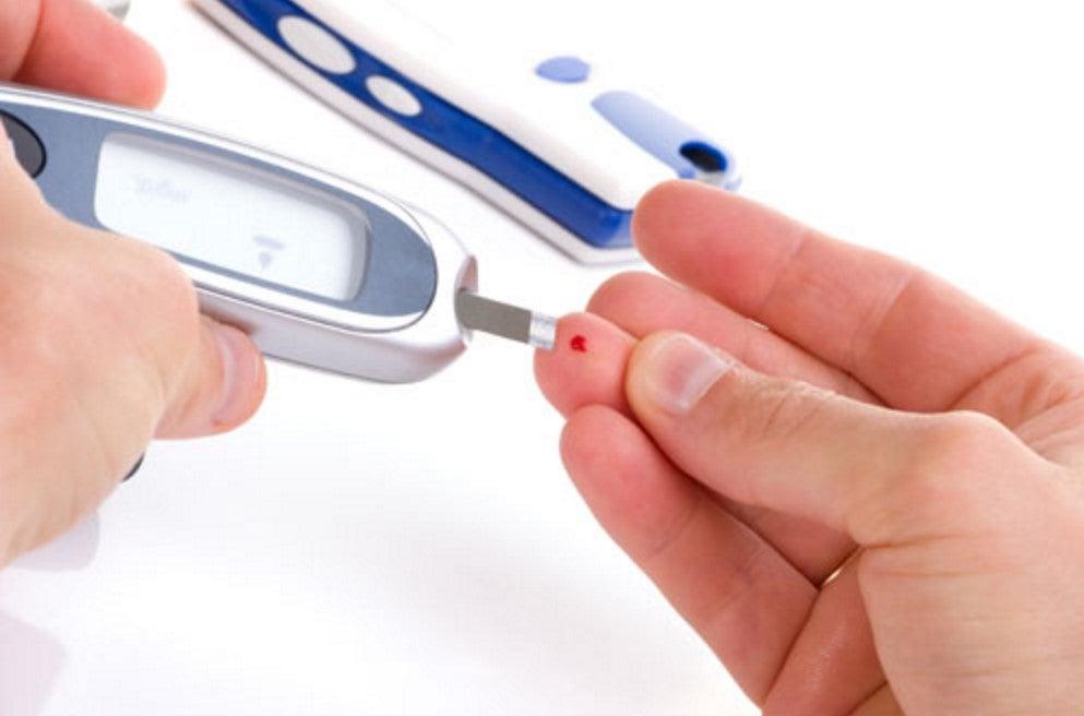 Toma de azucar en sangre con ayuda del glucómetro.