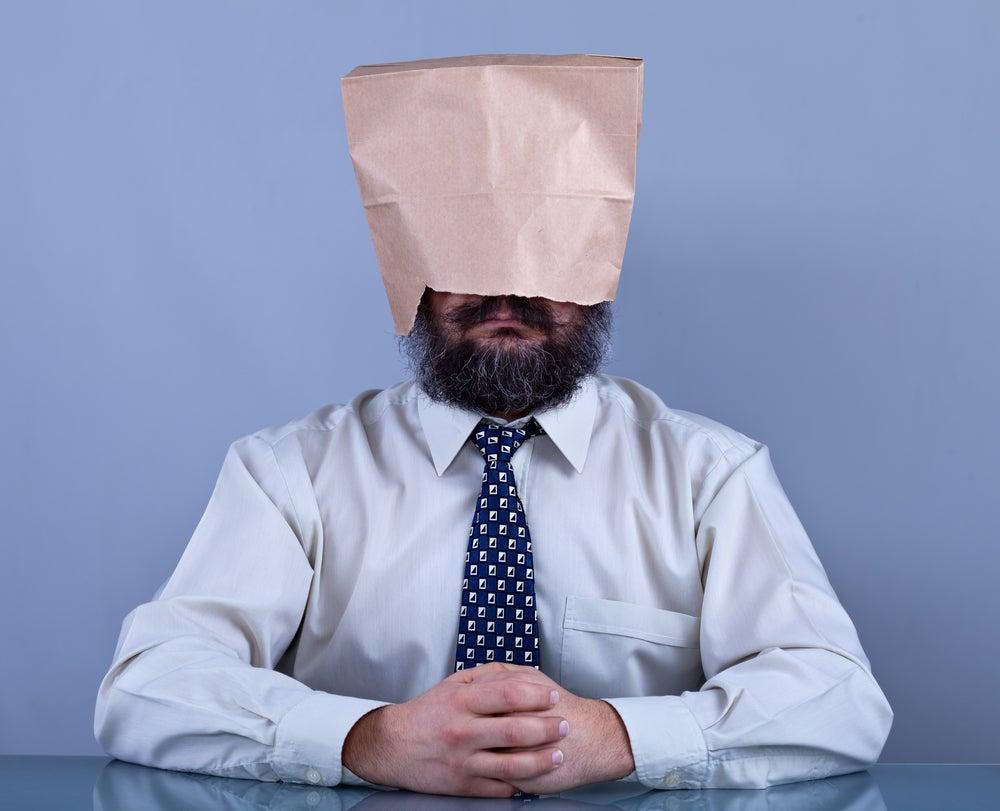 Hombre con bolsa en la cabeza