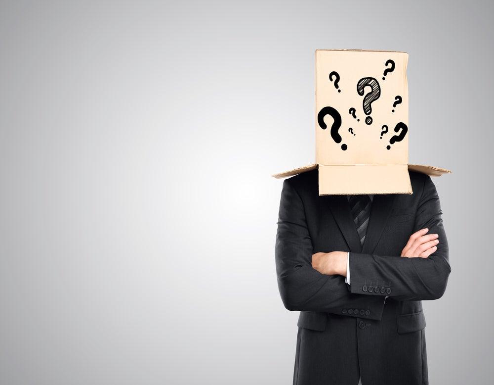 hombre-con-caja-llena-de-preguntas-en-la-cabeza