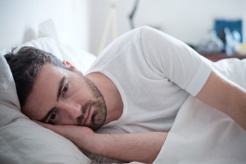 Hombre en la cama