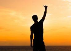 Hombre con la mano levantada