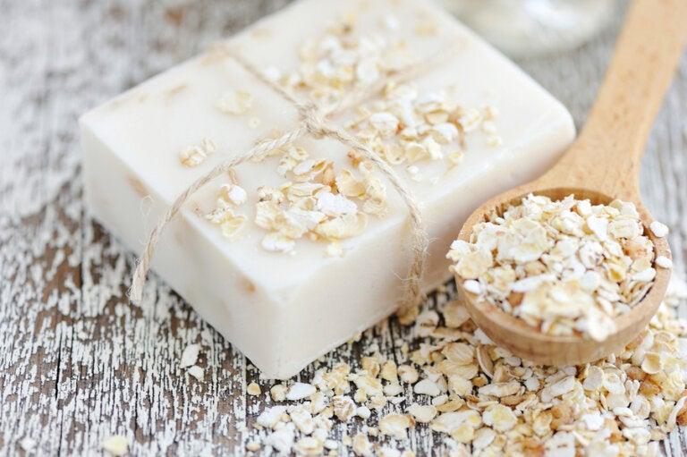 Cómo hacer un jabón artesanal de avena y miel para hidratar tu piel