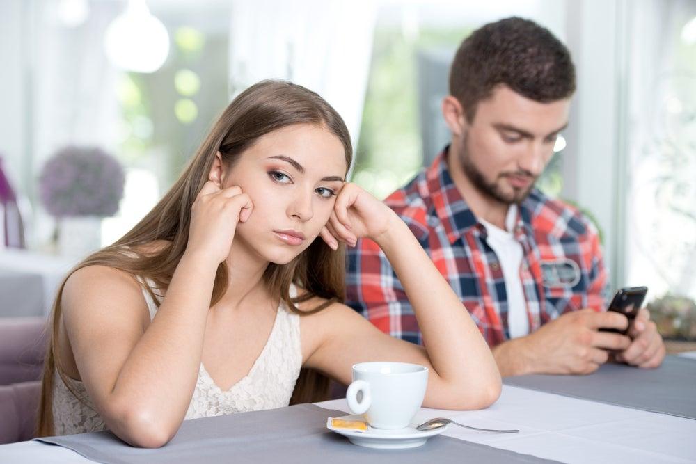 joven-enfadada-con-su-novio-porque-esta-con-el-movil