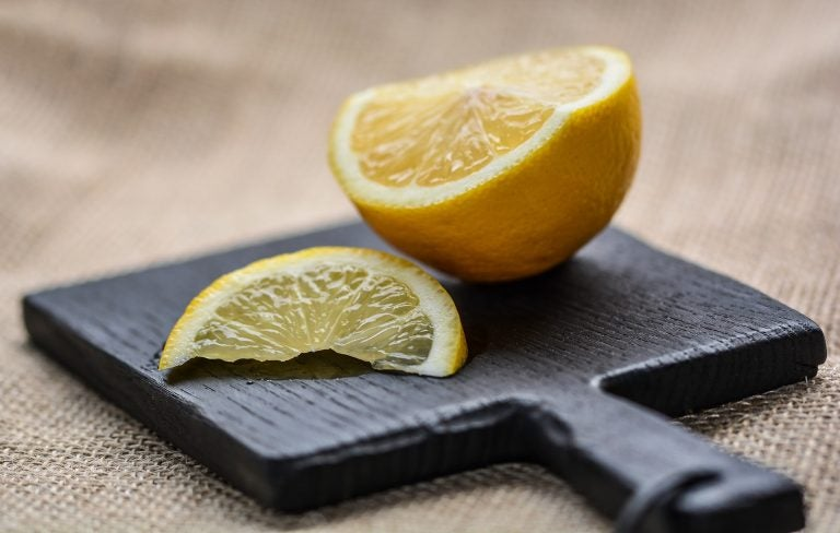 Descubre los increíbles beneficios del agua tibia con limón en ayunas