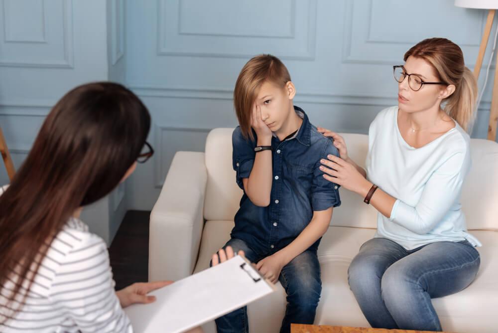 Madre con su hijo en el psicólogo
