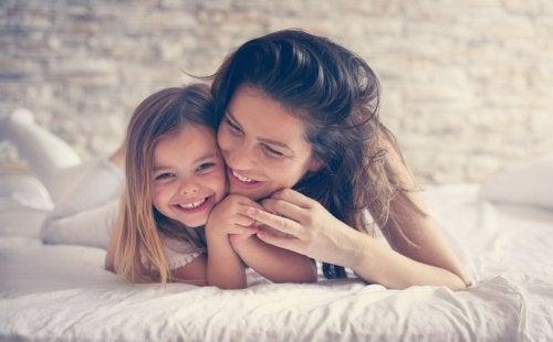Madre e hija felices para tener un buen desarrollo de la personalidad.