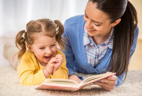 Madre leyendo un libro con su hija.