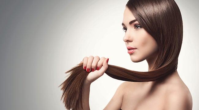 Mujer con el cabello fuerte y radiante