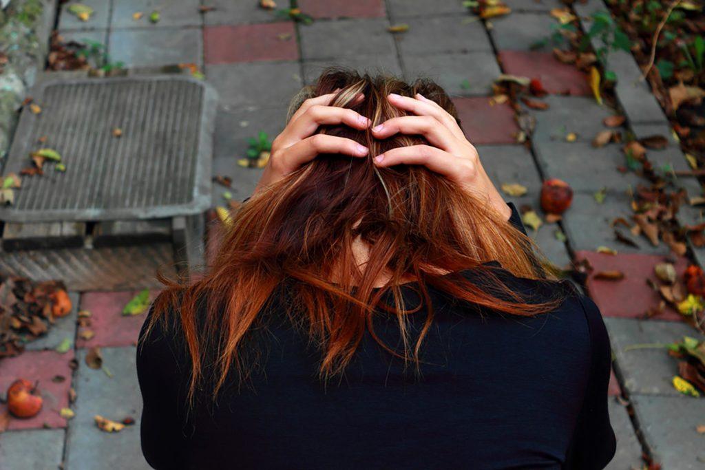Mujer con dependencia emocional