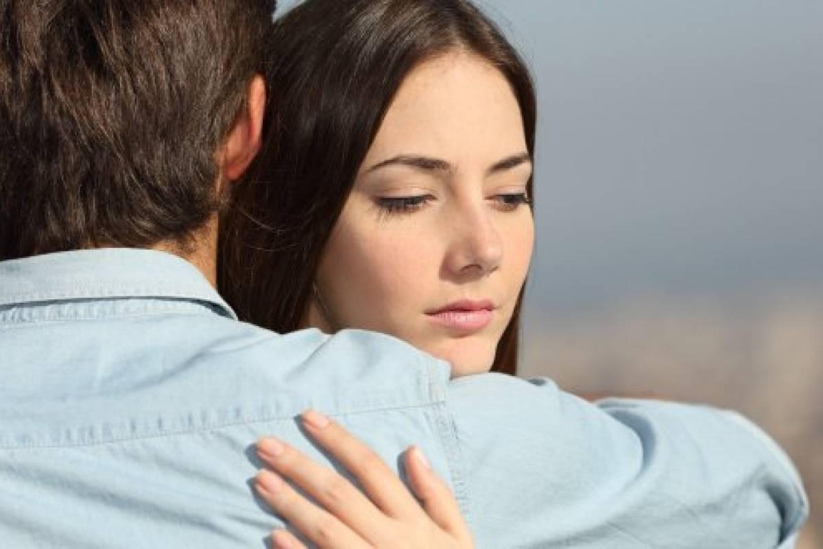 Mujer desconfía de su pareja