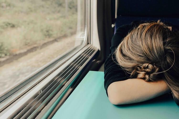 Mujer con desgana en el tren