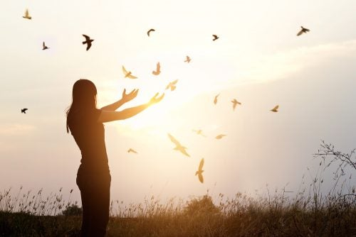 Mujer después de superar la dependencia emocional
