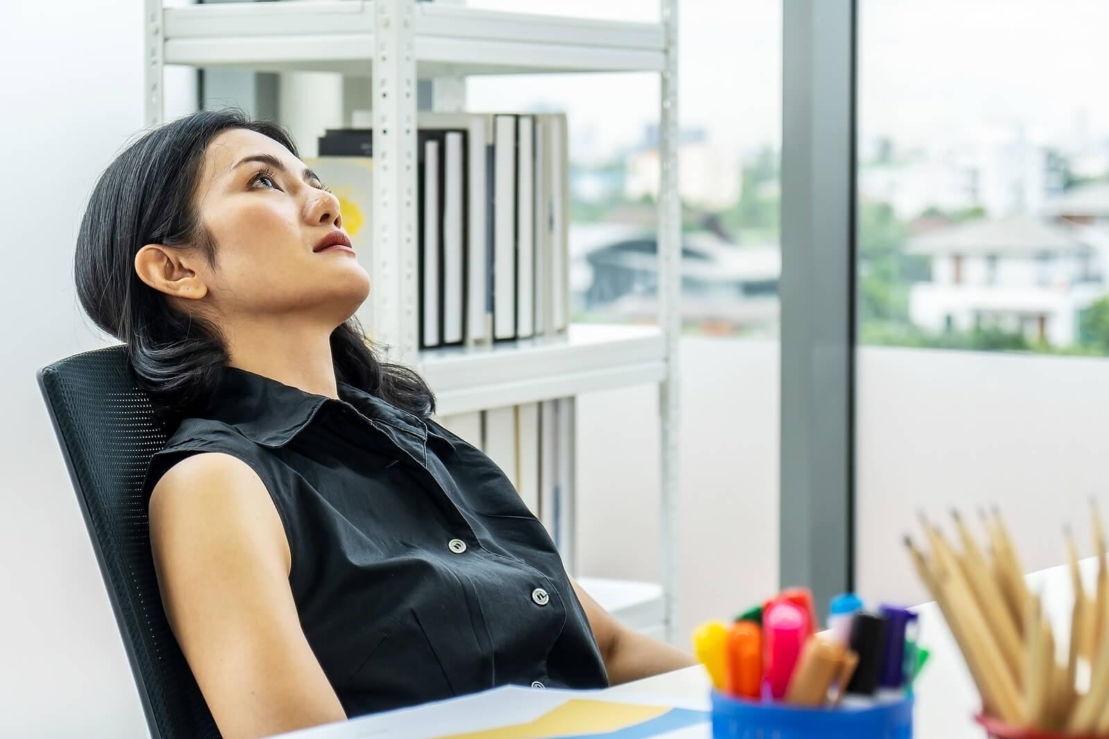 Mujer con insatisfacción laboral.