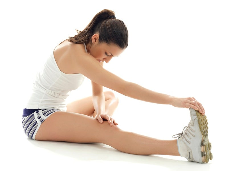 Mujer realizando estiramientos de piernas