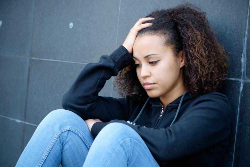 mujer-sentada-triste