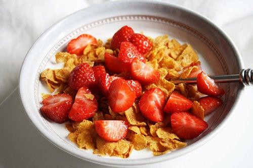 niños cereales con fresas