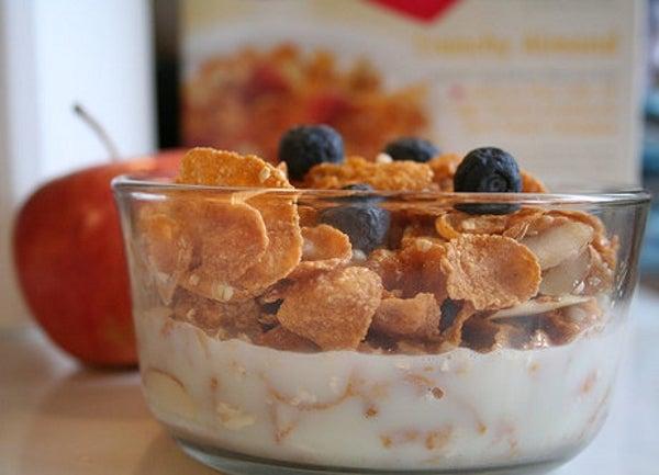 niños yogur y cereales