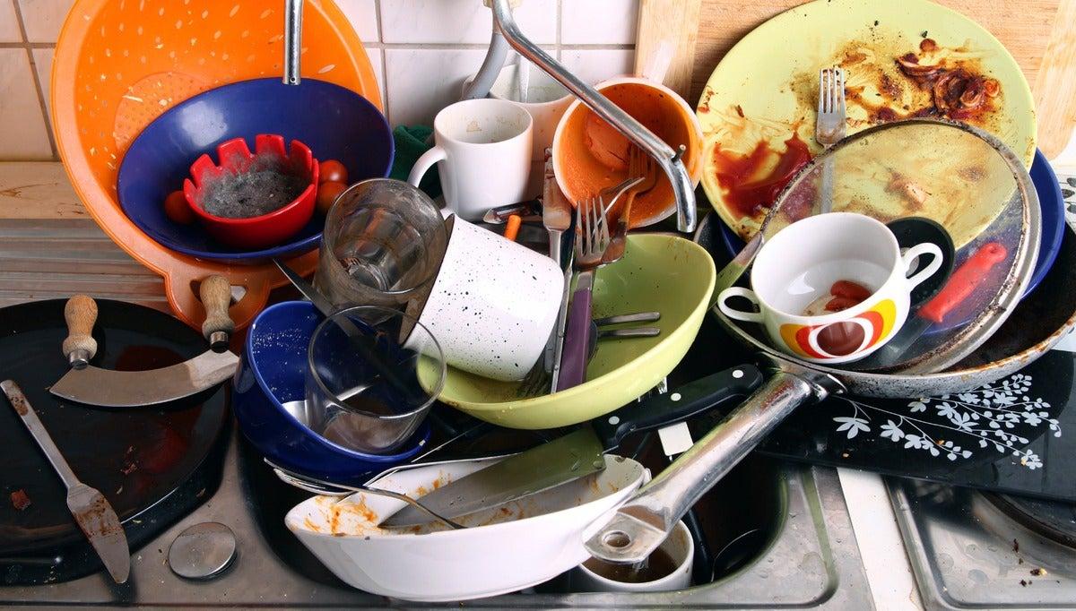 Pila de utensilios de cocina sucios.