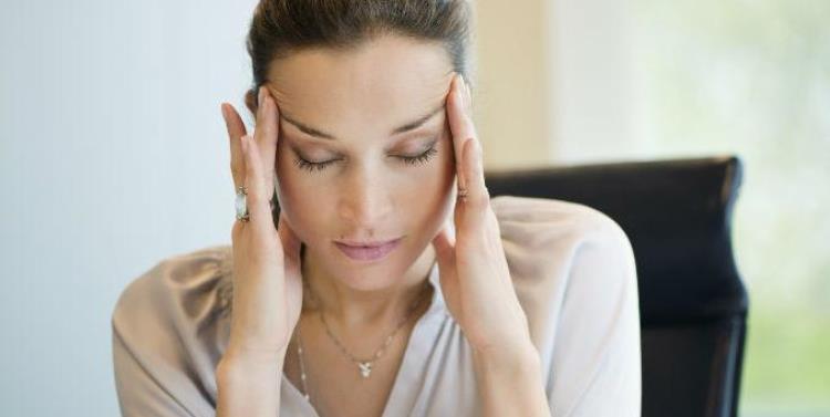 mujer que necesita yoga para la ansiedad