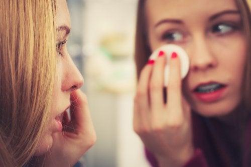 limpiar el rostro con jabón de azufre