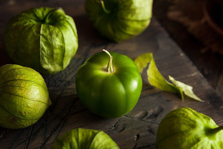 Tomatillos verdes pelados.