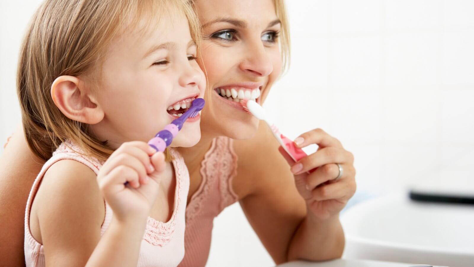 Hábitos que deben acompañar la revisión dental en los niños