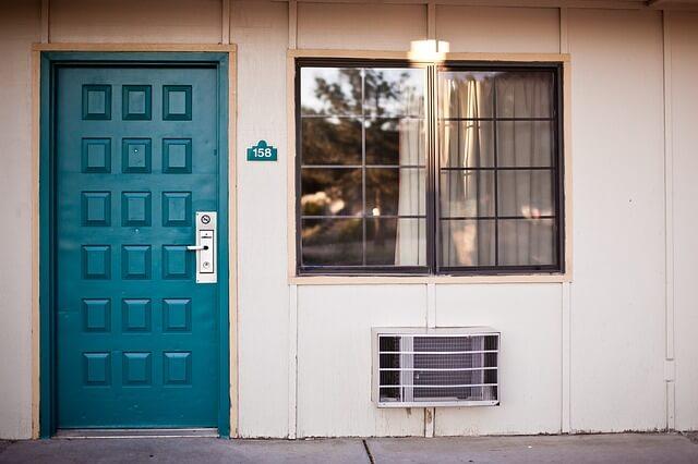 gastar menos en electricidad: aislar puertas y ventanas
