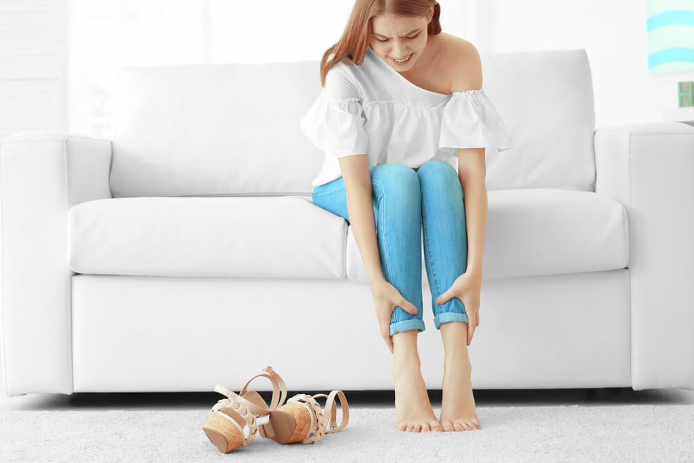 Mujer con las piernas cansadas
