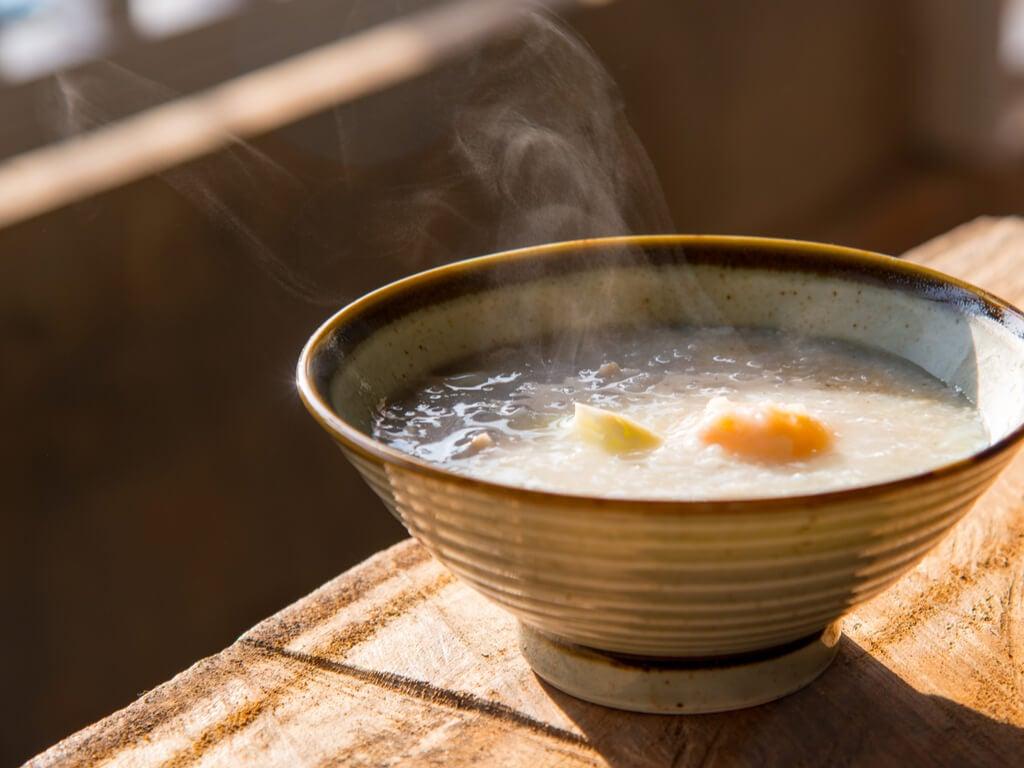 Un cuenco de caldo como el de la imagen es una forma ideal de comer arroz