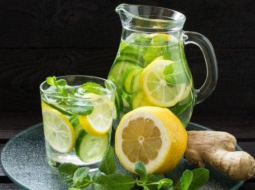 Vientre plano con limonada de jengibre, pepino y menta todos los días