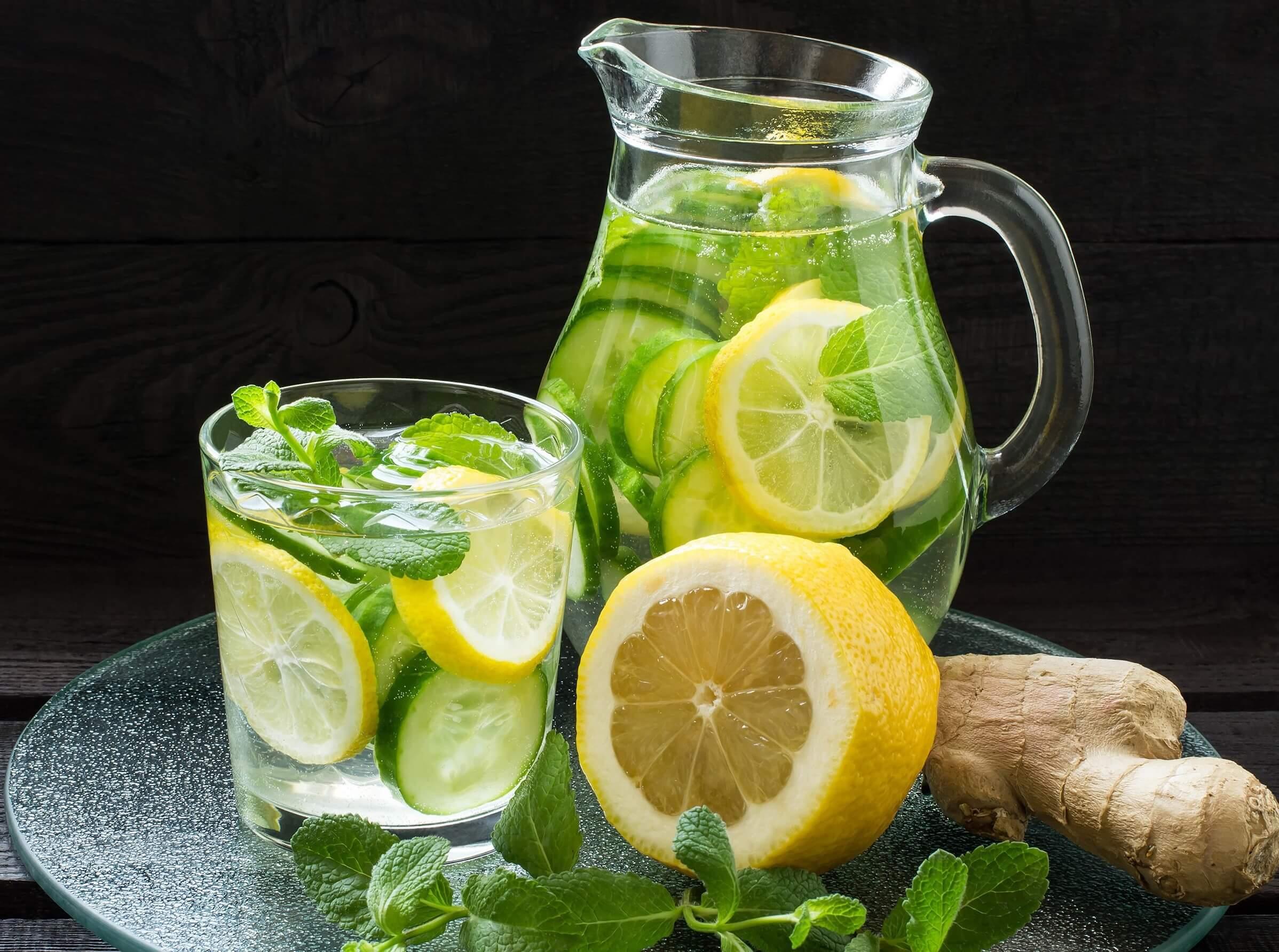 Bebida de limón, menta, jengibre y pepino