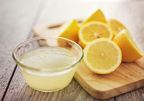 Zumo de limón para aliviar el mal aliento.