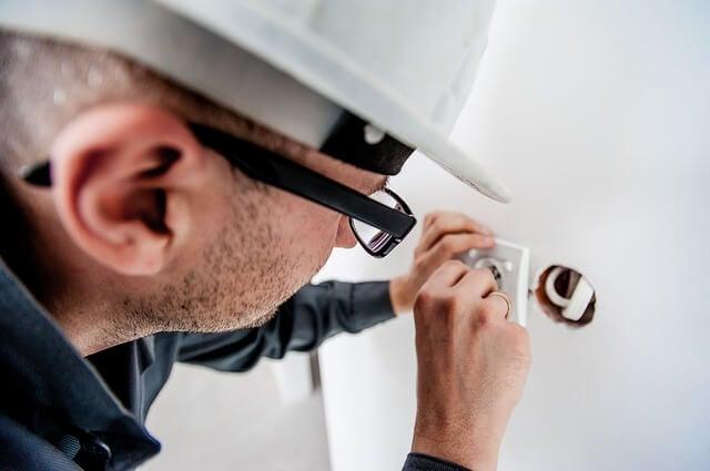gastar menos en electricidad: contrata a un experto