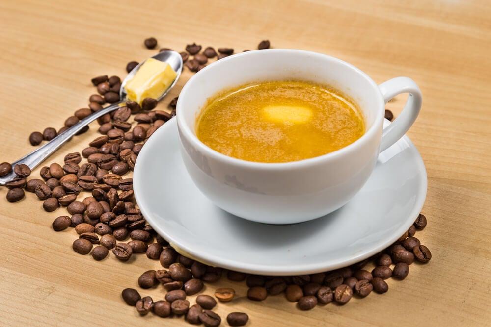 Elaboración del café con ghee y estevia.