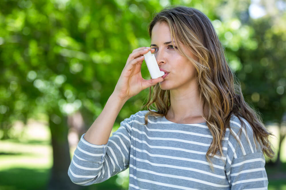 Mulher usando tratamento da asma