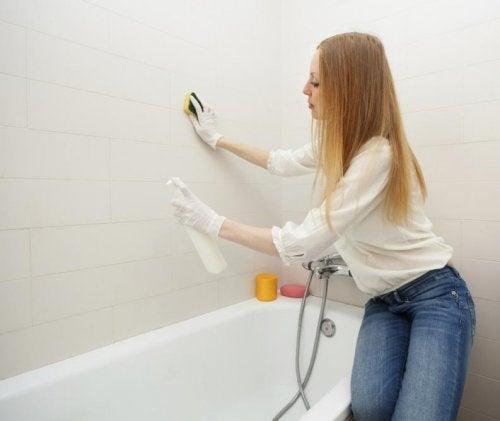 Limpiar el moho en el baño