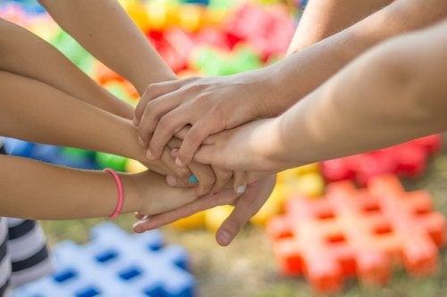 amigos dándose la mano