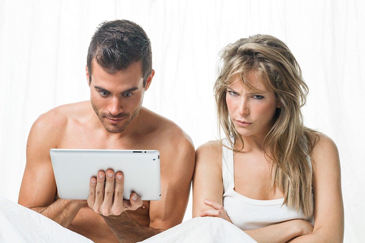 Pareja viendo pornografía.