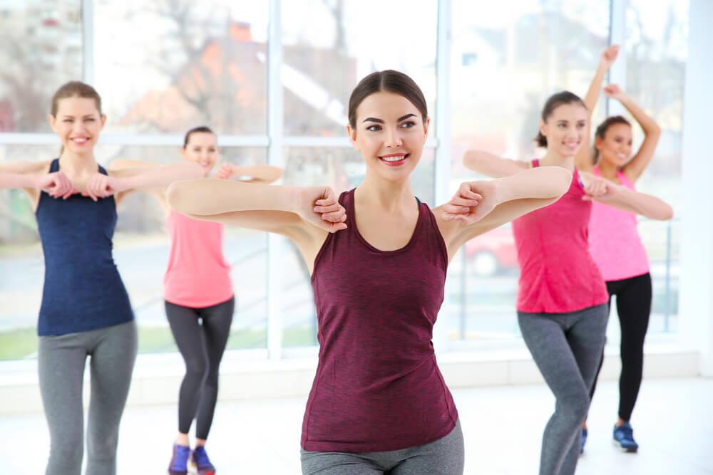 Grupo de mujeres haciendo baile