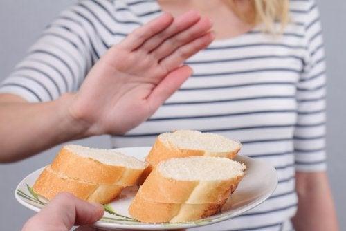 Mujer rechazando unos trozos de pan