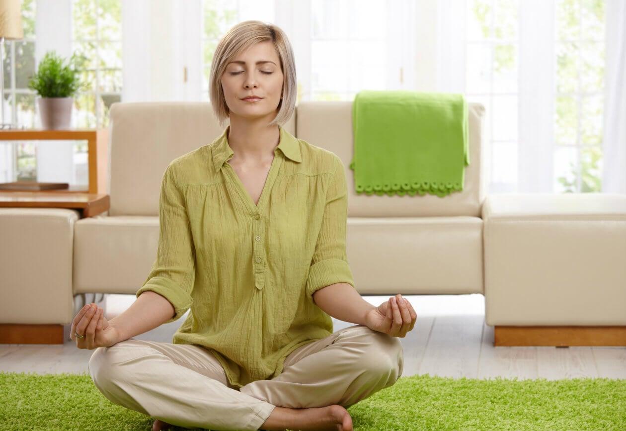 Mujer realizando yoga.