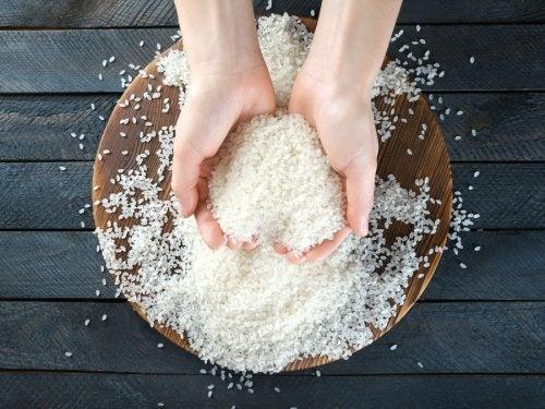 manos cogiendo arroz