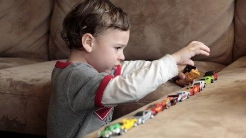 Los niños con autismo tienen comportamientos repetitivos